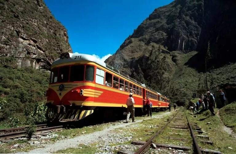 <b>Nueva Red Ferroviaria</b><br> Crear una Empresa del estado cuya misión será de implementar un sistema de ferrocarriles interconectados de norte a sur, de este a oeste, denso y con líneas de tren a gran velocidad. Ello fomentará la integración de nuestros pueblos, así que facilitara el intercambio comercial en todo el país. Sentar las bases de la Ruta de los Andes, para estimular en el futuro el comercio con los países andinos.