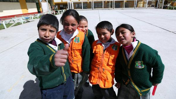 <b>Reformar la Educación</b><br> Según datos del Foro Económico Mundial, <strong>Perú ocupa uno de los últimos puestos encalidad del sistema educativo</strong>,esto contando desde laprueba PISA hasta el acceso a educación superior.  Analfabetismo : De acuerdo con datos del Ministerio de Educación (MINEDU), la <strong>tasa de analfabetismo en el Perúes de 5.9%,</strong> siendo más de 1 millón 300 mil las personas que no saben leer ni escribir.  Inversión en educación: <strong>Apenasel 3.7% del PBI es destinado a actividades educativas</strong>, así, el presupuesto promedio de una escuela regular por alumno es de 459 soles.  Laprueba PISA de la OCDE mide cada 3 años el nivel educativo de estudiantes de 15 años. Aunque en los últimos resultados de 2015, los escolares peruanos mejoraron en ciencias (63), matemáticas (61) y comprensión lectora (62) respecto al 2012, <strong>Perú mantuvo puestos bajos en un total de 69 países estudiados. Los peruanos leen menos de un libro al año.</strong>  Según la Estadística de la Calidad Educativa (ESCALE) delMinisterio de Educación, <strong>solo 3 de cada 10 jóvenes accede a educación superior en el Perú</strong>. Una cifra realmente baja que se debe principalmente al tema económico.  <strong>De 143 universidades que existen en el país, 54 cuentan con licenciamiento,</strong> es decir, más de la mitad aún no realizan este proceso. Es importante que lo hagan pues de esta manera confirman que cuentan con las Condiciones Básicas de Calidad (CBC) para poder brindar el servicio educativo.